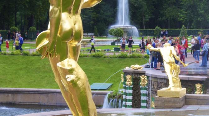 Peterhof und Plattenbauten
