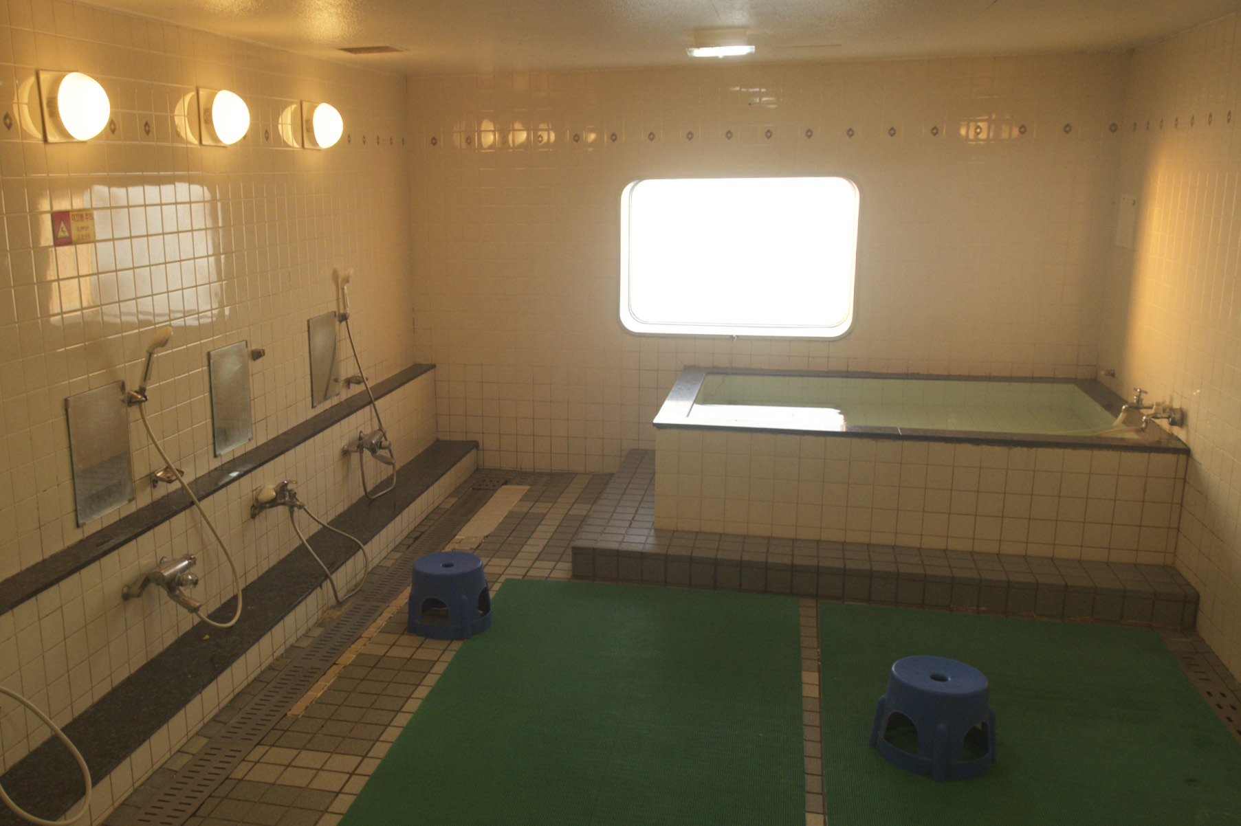 Waschraum mit Badewanne an Bord